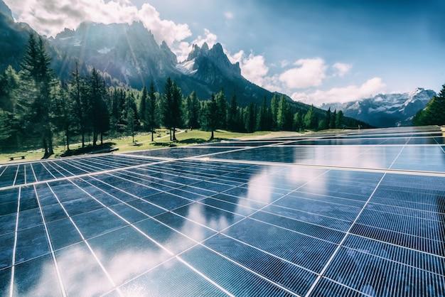 Panel de células solares en paisaje de montaña