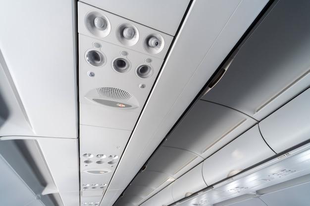 Panel de control del aire acondicionado del avión sobre los asientos. s
