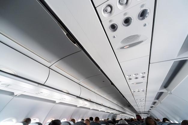 Panel de control del aire acondicionado del avión sobre los asientos.