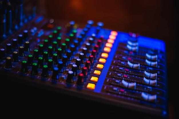 Panel de control de audio, apertura de música para entretenimiento.