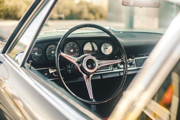 Panel de control de un automóvil retro, vista a través de la ventana