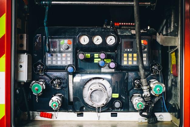 Panel de control de bomberos y dispensadores de agua en camión de bomberos