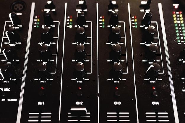 Panel de control con controles deslizantes de un mezclador de audio para dj