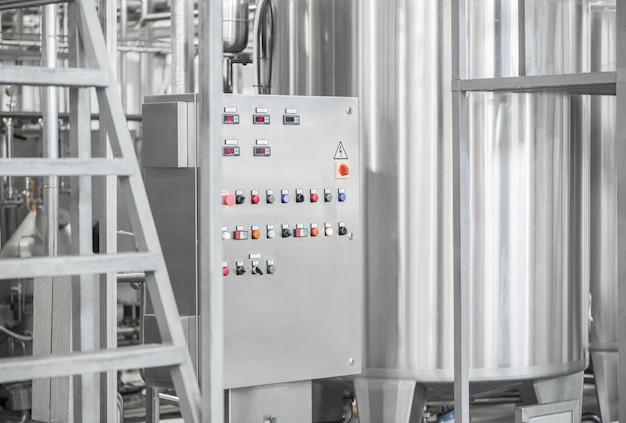 Panel de control electrónico y tanque en una fábrica de leche. equipo en la planta de productos lácteos