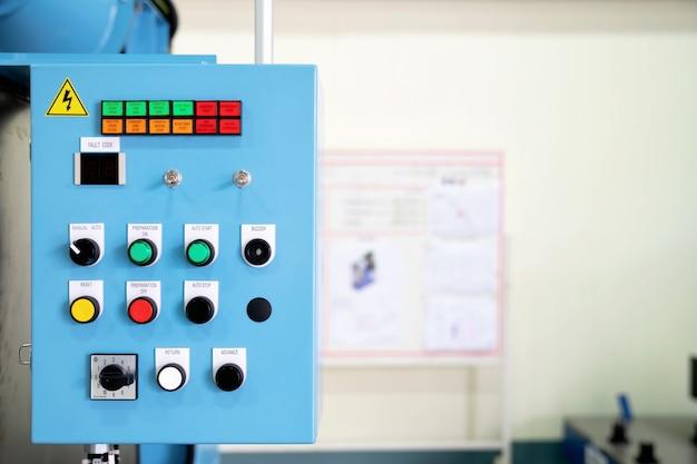 Panel de control de una máquina automática en la fábrica de fabricación.