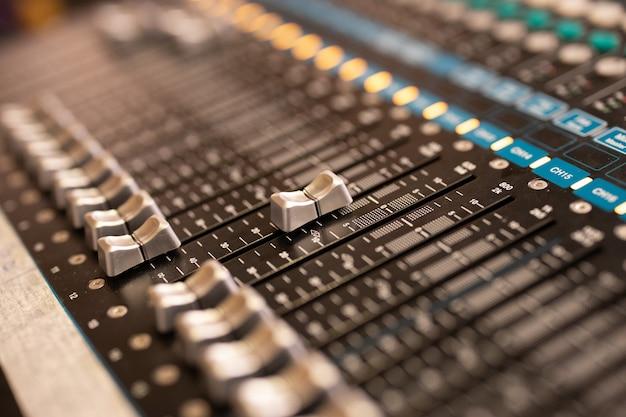 Panel de control de mezclador de música de sonido en el salón de eventos