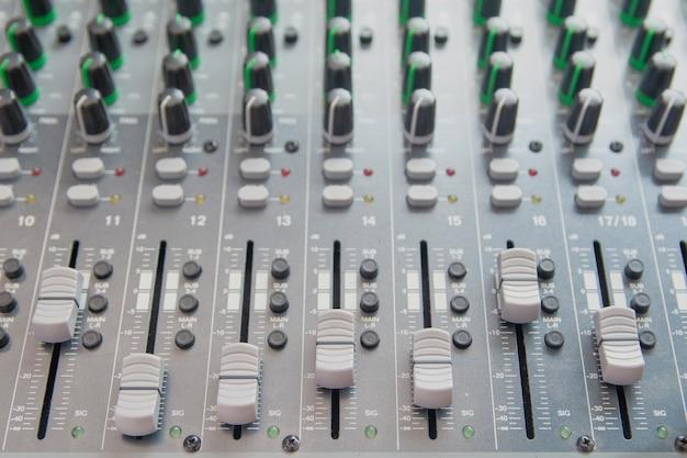 Panel de control del mezclador de sonido. botones de la consola de sonido para ajustar el volumen.