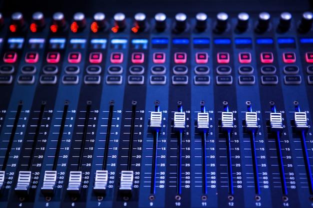 Panel de control de sonido profesional y mezclador de audio con botones y controles deslizantes