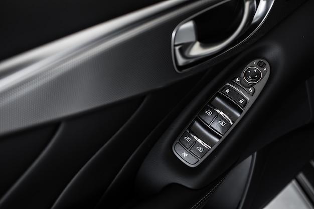 Panel de control de windows. detalles del elegante interior del automóvil, interior de cuero