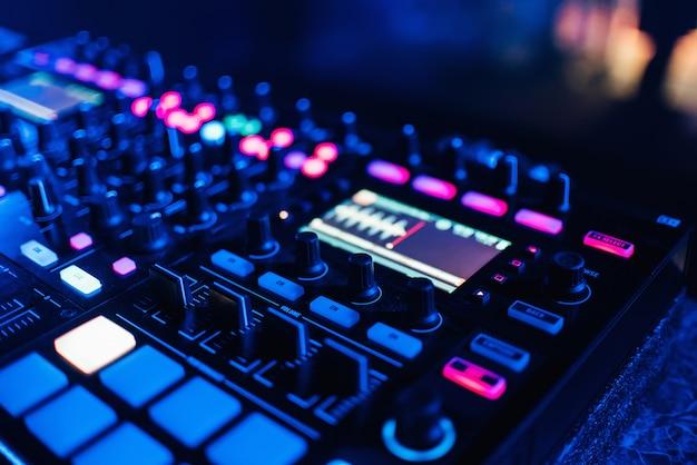 Panel controlador de dj encendido para música y sonido profesional