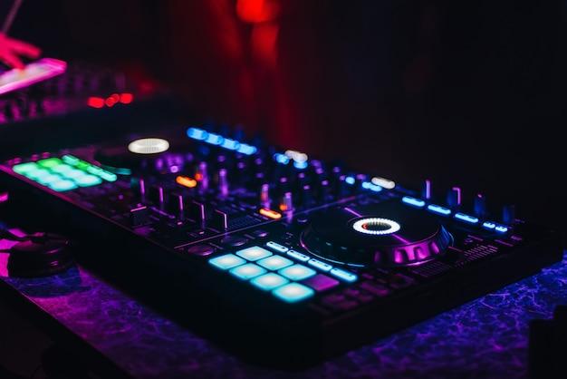 Panel controlador de mezclador dj para música electrónica