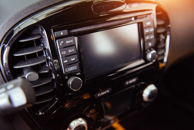 Panel frontal del sistema de audio del automóvil