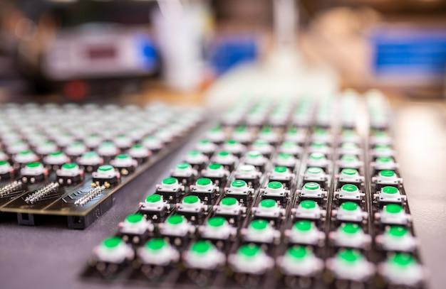 El panel de indicadores de luz led está en producción.