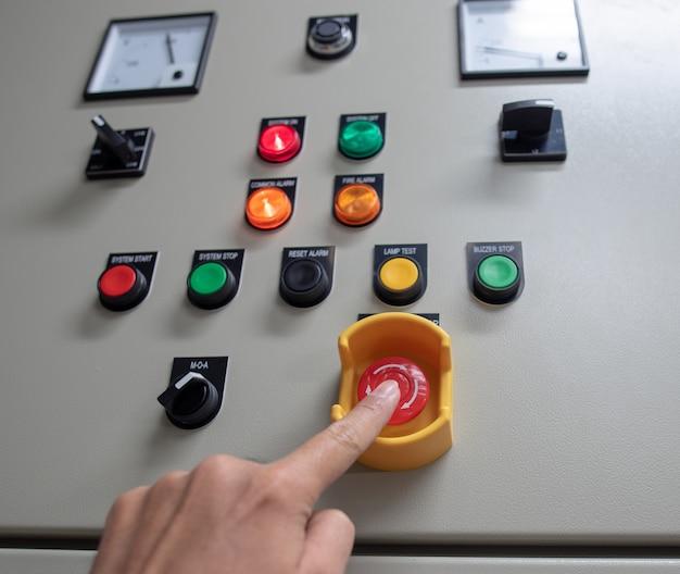 Panel de interruptores eléctricos en zona industrial
