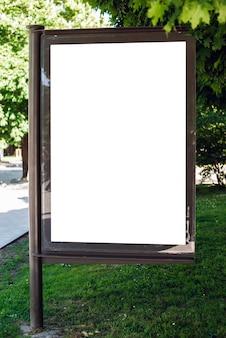 Panel publicitario en blanco en el parque