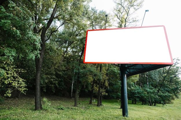 Panel publicitario cerca del bosque