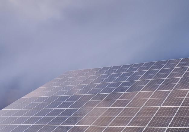 Panel solar contra el cielo nublado