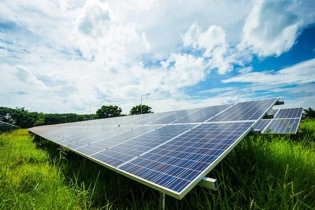 El panel solar en el fondo del cielo azul, concepto de la energía alternativa, energía limpia, energía verde.