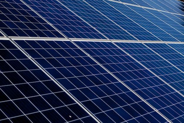 Panel solar, fuente de electricidad alternativa, concepto de recursos sostenibles, y este es un nuevo sistema que puede generar electricidad más que el original, este es el sistema de seguimiento solar