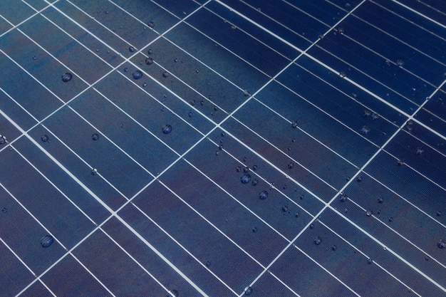 Panel solar con gotas de agua sobre nano revestimiento