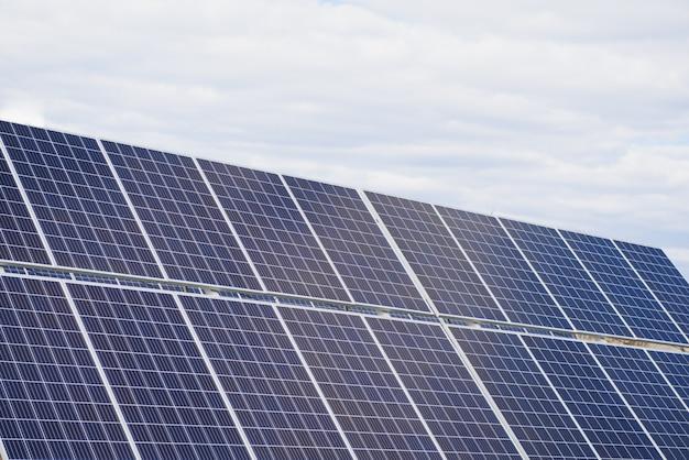 El panel solar produce energía verde y ecológica del sol