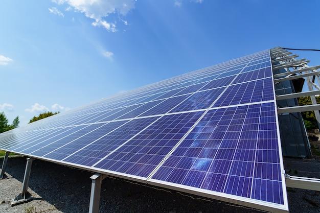 Panel solar sobre fondo de cielo