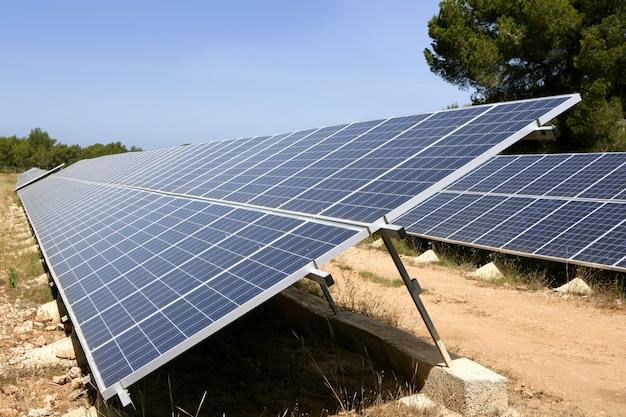 Paneles de células solares en una fila en el mediterráneo
