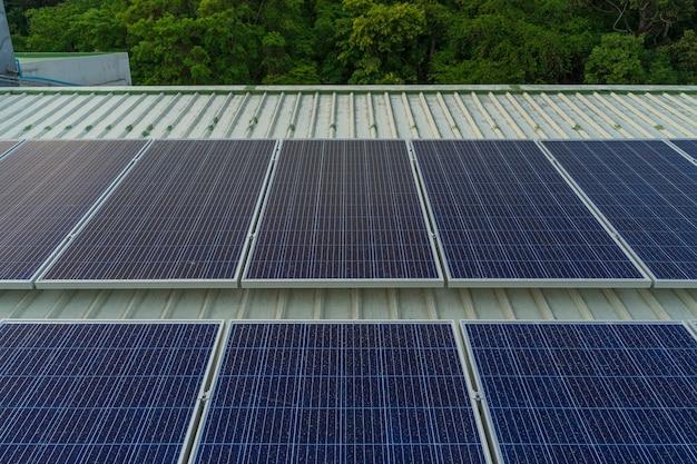Los paneles de células solares instalados en el techo de un edificio grande están llenos de suciedad y polvo.