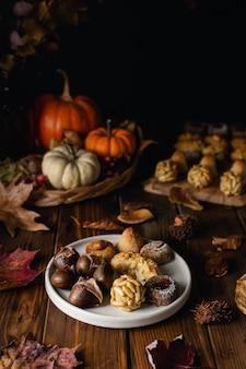 Paneles dulces de mazapán de todos los santos y castañas asadas