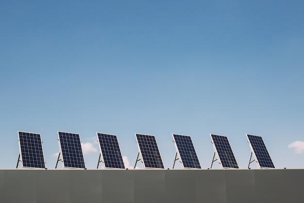 Paneles de electricidad solar en la azotea de la casa. ecología sostenible, energías alternativas renovables.