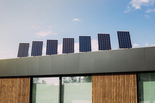 Paneles de energía solar en la azotea de la casa. energías alternativas renovables