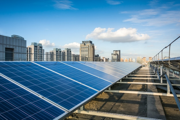 Paneles fotovoltaicos en frente de la ciudad