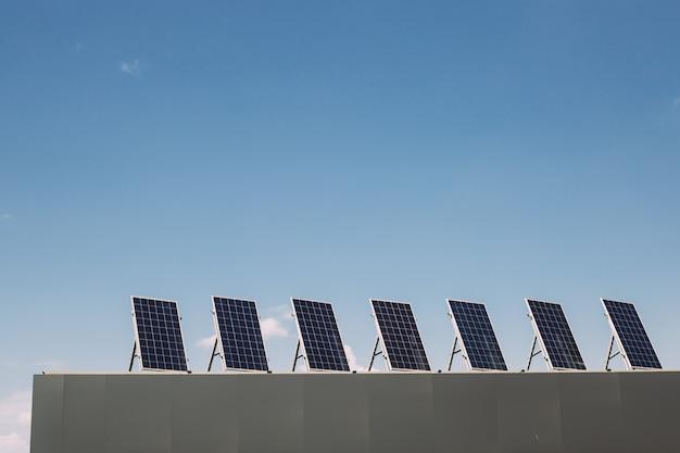 Paneles solares en la azotea de la casa. ecología sostenible, energías alternativas renovables.