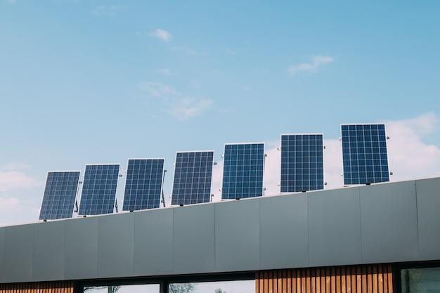 Paneles solares en la azotea de la casa. energías alternativas renovables