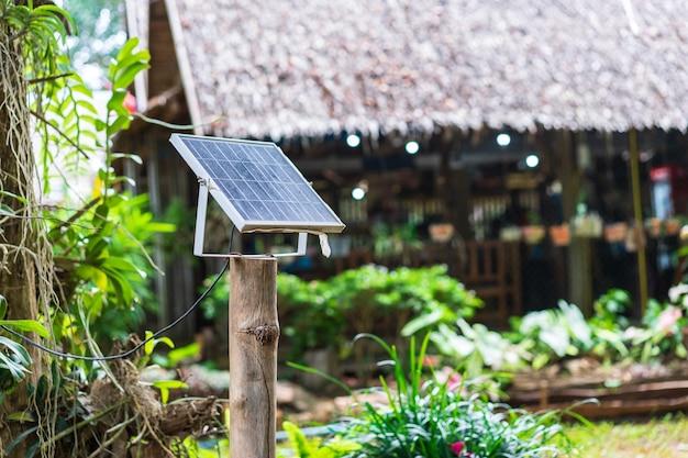 Paneles solares cerca de casa, electricidad alternativa en campo