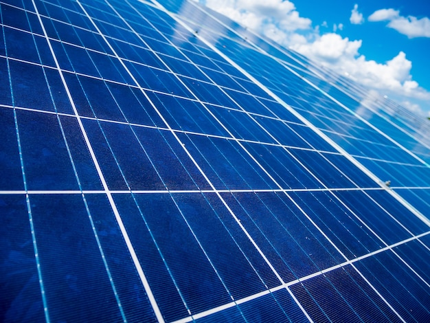 Paneles solares con cielo azul y nubes, energía solar, energía verde ecológica