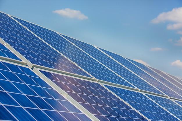 Paneles solares en cielo azul
