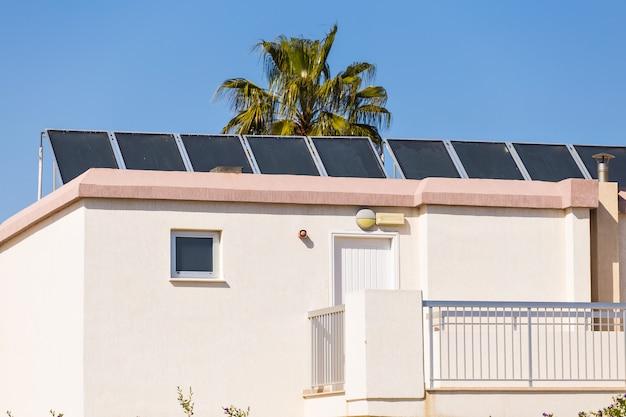 Paneles solares colocados en el techo del edificio.