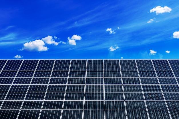 Paneles solares contra el cielo azul profundo
