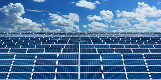 Paneles solares de energía alternativa con cielo azul