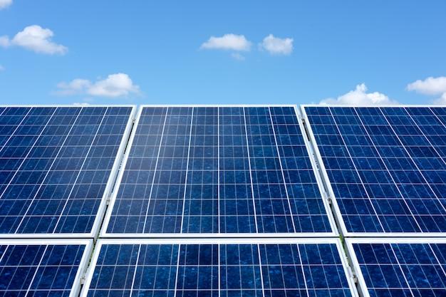 Paneles solares con fondo de cielo azul