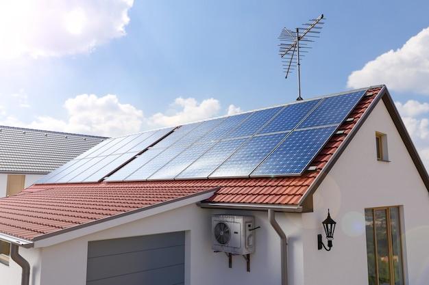 Paneles solares en la ilustración 3d del techo de la casa