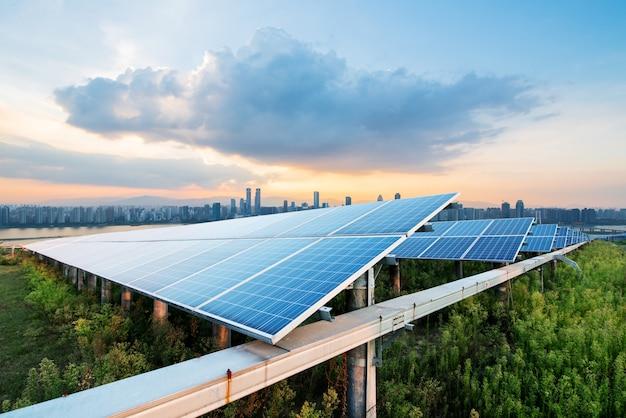 Paneles solares con paisaje de singapur.
