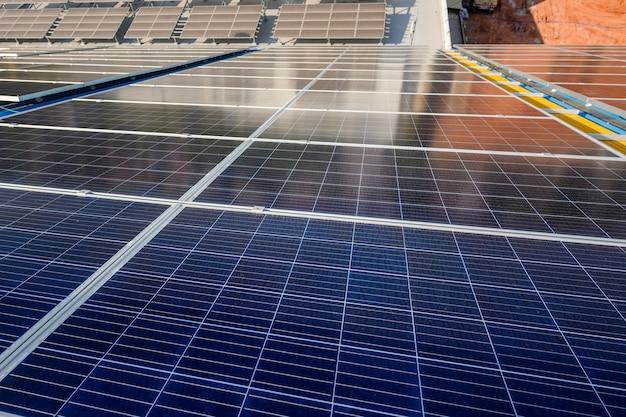 Paneles solares en plantas de energía que instalan paneles solares utilizando energía solar