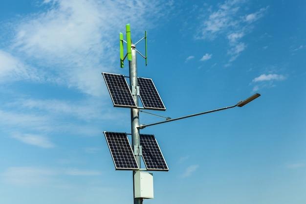 Paneles solares en poste, iluminación urbana con paneles solares, iluminación independiente en las carreteras, fuentes alternativas de electricidad para la iluminación de ciudades.
