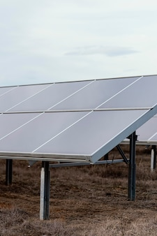 Paneles solares que generan electricidad con espacio de copia