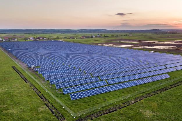 Paneles solares que producen energía limpia renovable
