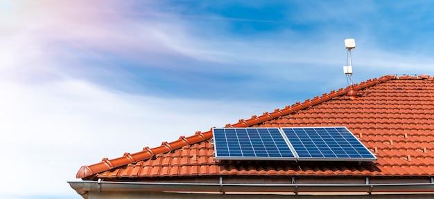Paneles solares en el techo de una casa familiar