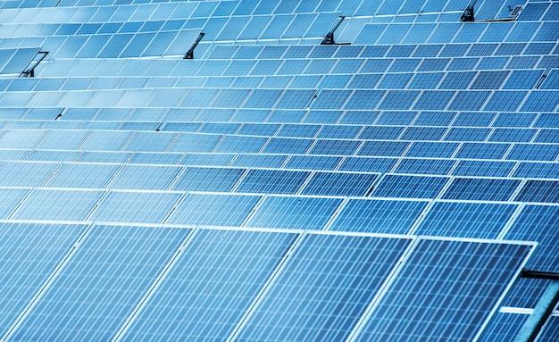 Paneles solares en una vista de fotograma completo de primer plano