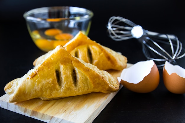 Panes caseros o bollo en el fondo de madera, comida de desayuno